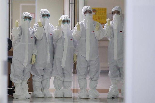 Médicos con trajes de seguridad, antes de atender pacientes con Covid-19