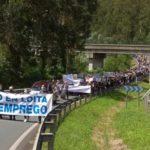 Photo of Miles de personas vestidas de luto recorren Xove para evitar «el entierro económico» por el cierre de Alcoa