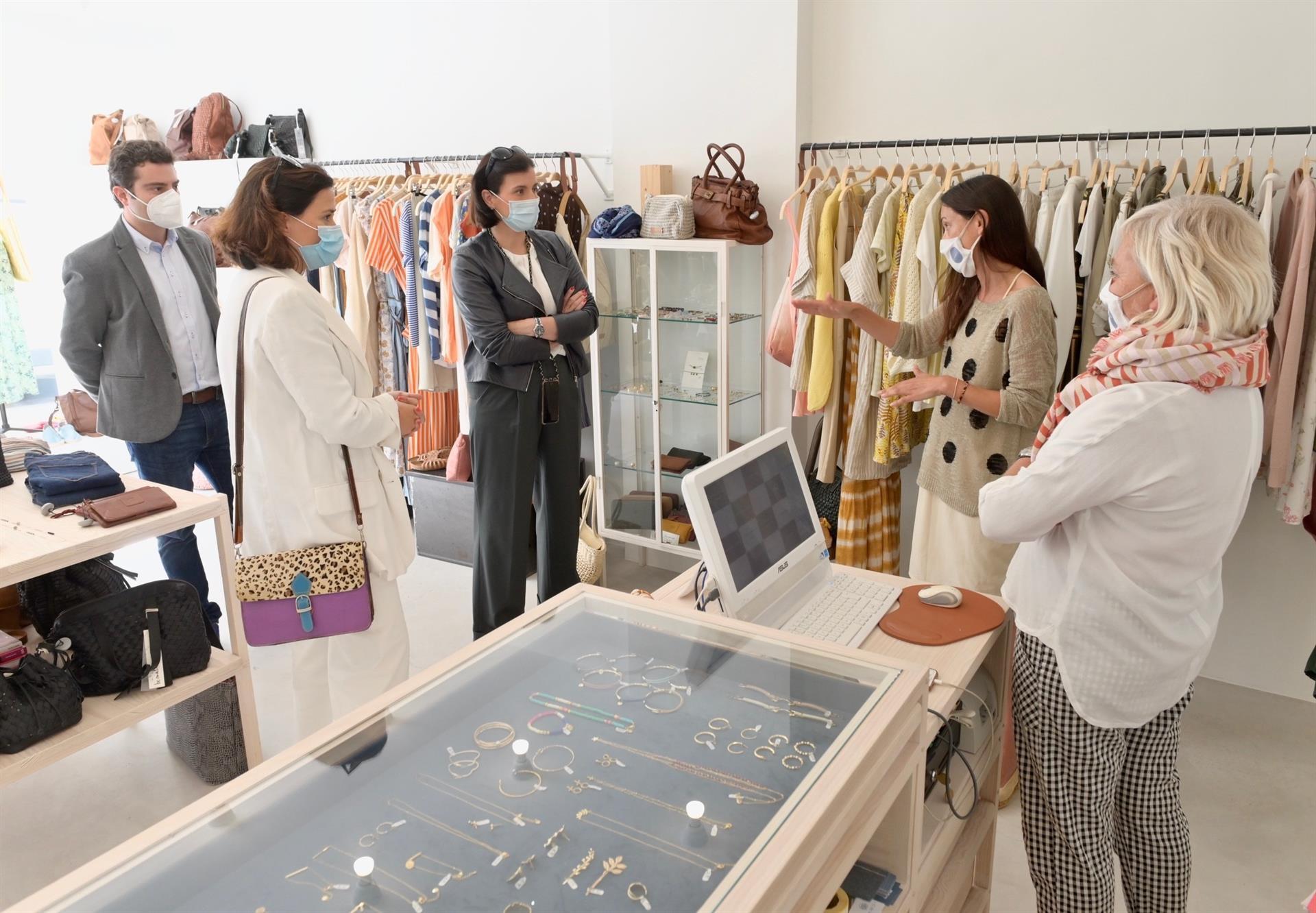 La alcaldesa de Santander visita un comercio - AYUNTAMIENTO DE SANTANDER
