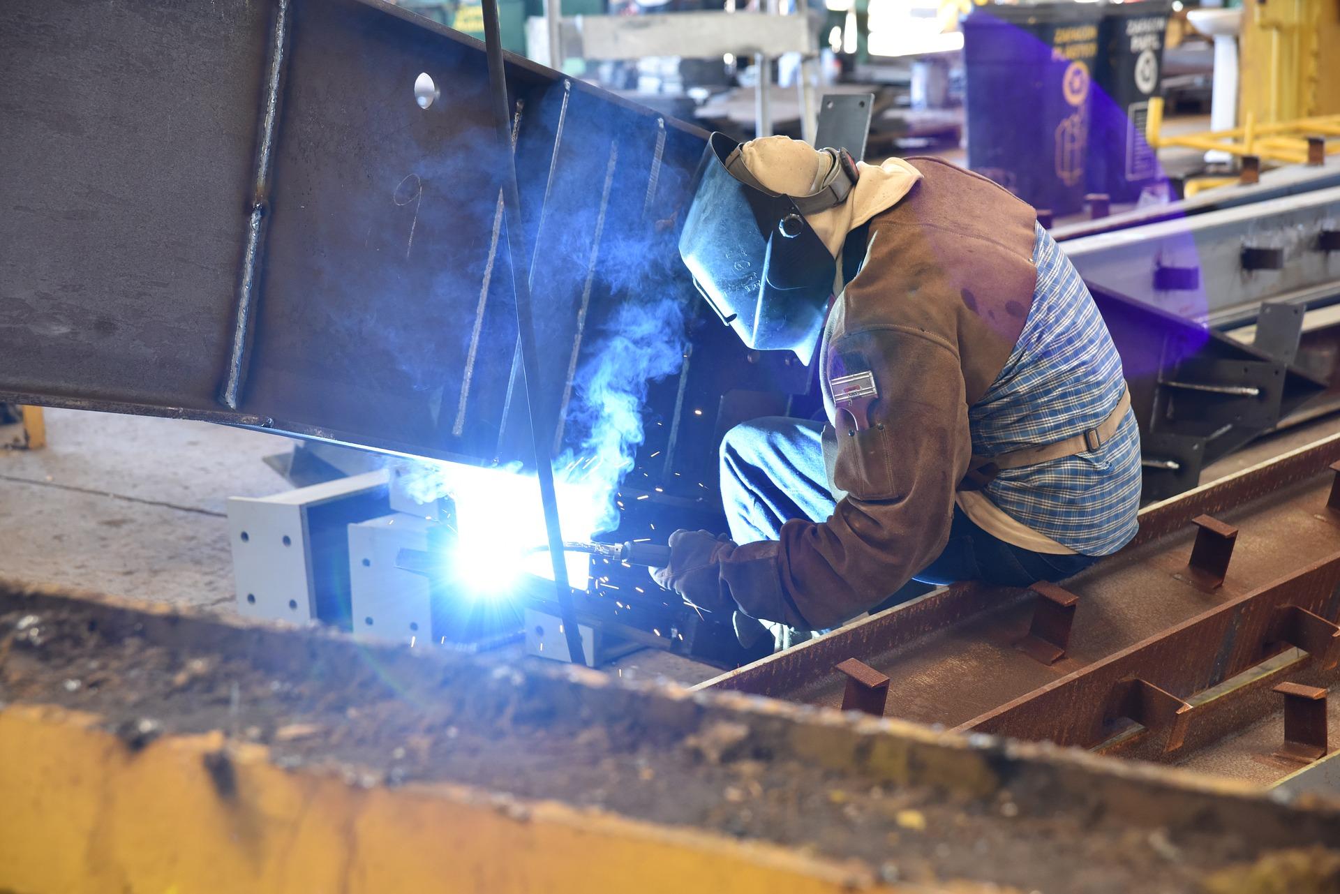 Un soldador fusionando dos piezas metálicas.