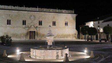 Photo of El Ayuntamiento realza la fuente de la Plaza Mayor con iluminación ornamental