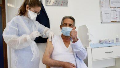 Photo of Revilla se vacuna y achaca las protestas de un grupo de hosteleros a que la gente 'está encrespada'